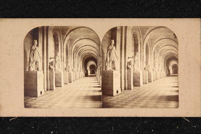 Innenansicht Schloss Versailles: Galerie des Sculptures (Le couloir des statues des hommes célèbres)
