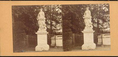 Statue Allegorie des Wassers von Pierre Legros (1681) bei der Terrasse (Cabinet du Point du Jour) im Garten zu Versailles