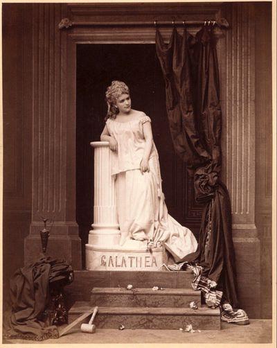 Porträt einer Frau als Statue der Galathea
