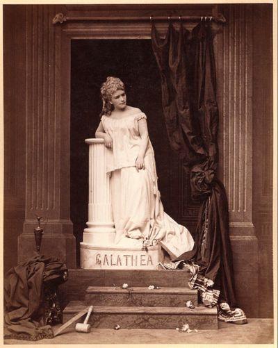 Porträt einer Frau als Statue der Galathea, in Ateliereinrichtung