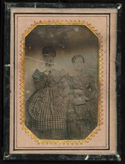 Schwesternpaar, Dreiviertelfiguren, die ältere mit Finger am Kinn, die jüngere mit Buch in der Hand