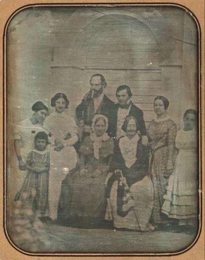 Familienbildnis, Außenaufnahme, vor einer holzverschlagenen Arkade
