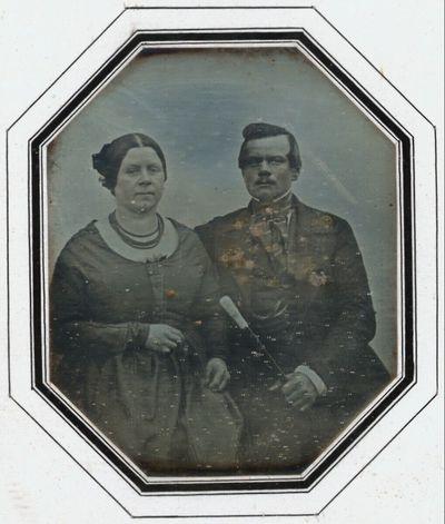 Bildnis eines Ehepaars, Dreiviertelfiguren, sie recht beleibt, er mit einem Stock in der Hand