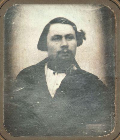 Brustbildnis eines Mannes mit vollen Wangen und Bart