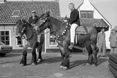 Ellemeet. Dorpsplein. Strao. De versierde paarden worden gekeurd door Lieneke Horst, Jacqueline Plaisier, wethouder Leendert Hart en Daan Bezuyen. Er waren 30 deelnemers. Burgemeester W. den Boer sprak de straorijders toe.