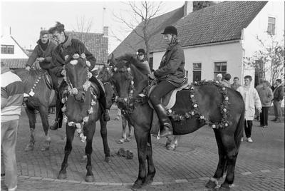 Ellemeet. Dorpsplein. Straoviering. De versierde paarden worden gekeurd door Lieneke Horst, Jacqueline Plaisier, wethouder Leendert Hart en Daan Bezuyen. Er waren 30 deelnemers. Burgemeester W. den Boer sprak de straorijders toe.