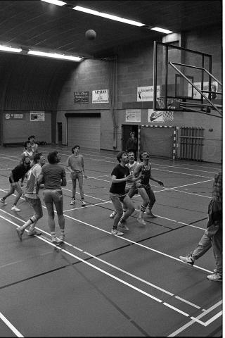 Zierikzee. Groene Weegje. Sportcentrum Onderdak. Wedstrijd tussen het eerste en tweede team van basketbalvereniging MEVO 80. Het eerste team won met 65-31.