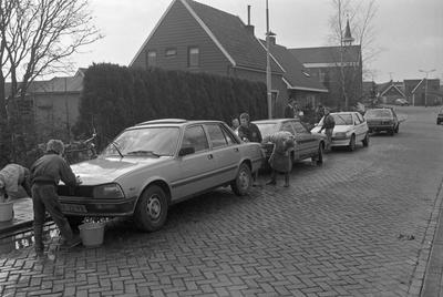 Nieuwerkerk. Molenstraat. Leerlingen van de School met de Bijbel wassen auto's om geld te verzamelen voor een goed doel.