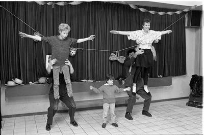 Noordwelle. Smidsweg. Dorpshuis. Optreden van de clowns Rijn en Trijn, naar aanleiding van het jubileumfeest van jeugdsoos The Well, die tien jaar bestaat.