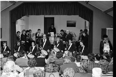 Ouwerkerk. Zuidstraat/Ring. Dorpshuis. Jaaruitvoering muziekgezelschap Nieuw Leven met nieuwe muziekinstrumenten. Een investering van 7000 gulden aldus voorzitter W.A. Kuijper.