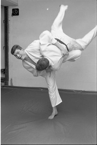 Zierikzee. Groene Weegje. Sporthal Onderdak. Judoka Erik Knulst (links) is genomineerd voor de titel Sportman van het Jaar van de gemeente Zierikzee. Knulst werd in 1988 Zeeuws kampioen judo in zijn gewichtsklasse en tweede tijdens de West-Zuid Nederlandse kampioenschappen. Andere persoon onbekend.