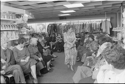 Bruinisse. Nieuwstraat (?) Winkel Pleune Mode. Yvonne en Conny van der Spek, die Pleune Mode runnen, presenteren de nieuwe trends op modegebied door middel van een modeshow in hun zaak.
