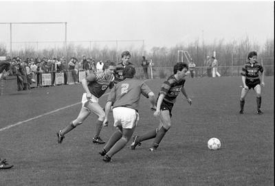 Zierikzee. Sportpark Den Hogen Blok. Voetbalwedstrijd tussen het eerste elftal van vvZierikzee en het brabantse team Avanti '31. Het duel was zeer spannend en eindigde in gelijkspel: 2-2. Personen onbekend.