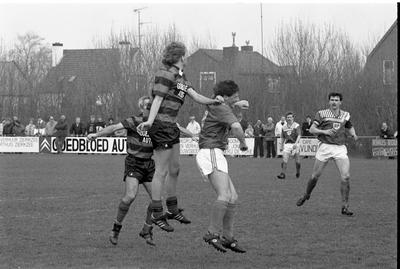 Zierikzee. Sportpark Den Hogen Blok. Voetbalwedstrijd tussen het eerste elftal van vvZierikzee en het Brabantse team Avanti '31. Het duel was zeer spannend en eindigde in gelijkspel 2-2. Personen onbekend.