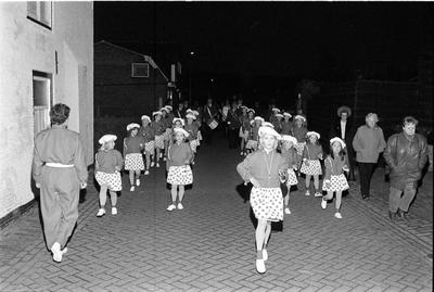 Nieuwerkerk. Meidoornstraat. Majorettegroep Ministars uit Zierikzee brengt een serenade aan mevrouw H. de Groen-Nelissen, die de rokjes maakte voor de nieuwe majorettegroep. Ministars werd opgericht door Brigitte Scheffers en is gekoppeld aan de Zierikzeese drumband Kunst en Eer. Personen onbekend.