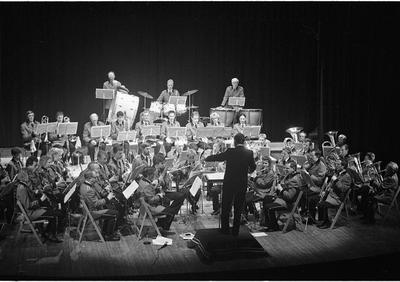 Zierikzee. Paardestraat. Concertzaal. Uitvoering door de Koninklijke Harmonie Kunst en Eer, onder leiding van dirigent Nico van Oudheusden. Personen onbekend.