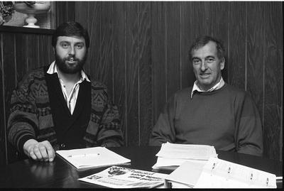Zierikzee. Vergaderruimte FNV afdeling Schouwen-Duiveland. Jaarvergadering van de afdeling, waarbij D. Jeroense (rechts) de voorzittershamer overdraagt aan W. Barendse.