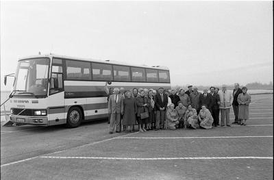 Bruinisse. Grevelingendam. Vertrek Nieuwsbodereis naar het Duitse Hameln:  deelnemers poseren voor de bus.