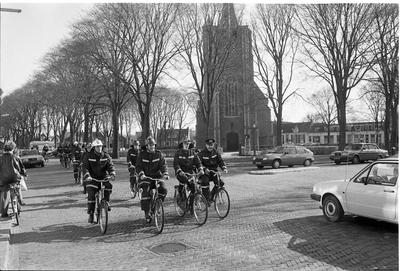 Renesse. Hogezoom. Brandweerlieden helpen collega-brandweerman G. van Soelen om 200 huurfietsen te 'verhuizen' van de Wilhelminaweg naar de Hogezoom. Van Soelen nam de fietsen over van R.P. Steur, met wie hij 15 jaar een fietsverhuurbedrijf runde. Nu Steur met pensioen gaat begint hij voor zichzelf aan de Hogezoom. Personen onbekend.