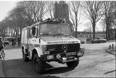 Renesse. Hogezoom. Brandweerlieden helpen collega brandweerman G. van Soelen om 200 huurfietsen te 'verhuizen' van de Wilhelminaweg naar de Hogezoom. Van Soelen nam de fietsen over van R.P. Steur, met wie hij 15 jaar een fietsverhuurbedrijf runde. Nu Steur met pensioen gaat begint hij voor zichzelf aan de Hogezoom.