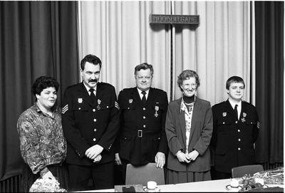 Bruinisse. Molenstraat. Ons Durpsuus. De Bruenaren M. Jumelet (midden), J. de Ronde (rechts) en C.C. Hartoog (links) worden gehuldigd omdat zij respectievelijk 25 jaar en 12,5 jaar actief zijn voor de Bruse vrijwillige brandweer.