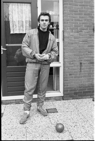 Zierikzee. Kogelslingeraar Werner Lodewijk voor de achterdeur van zijn ouderlijke woning. De 17-jarige Lodewijk behoort tot de beste tien junior kogelslingeraars van Nederland. Hij is lid van de Zierikzeese vereniging Delta Sport en ontving daar het Zeeuws jeugdembleem.