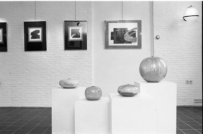 Burgh-Haamstede. Weststraat. Expositieruimte De Bewaerschole.  Tentoonstelling van keramiek van Antonia Lampecco en etsen van Horst Deblaere.