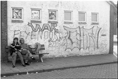 Oosterland. Koninginneplein. Wijkgebouw. Kruisvereniging Schouwen-Duiveland ergert zich aan de graffiti op het wijkgebouw, omdat ze geld bestemd voor gezondheidszorg moet inzetten om de muren van het gebouw te laten reinigen.