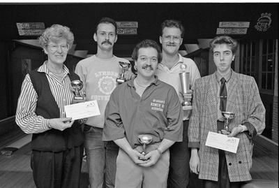 Renesse. Hogezoom. Bowling Renesse. Bowler Wim Tuk (rechtsachter op de foto) wint de superfinale om de Allround Schouwen-Duiveland trofee. Op de foto ook de kampioenen van de andere klassen, die met Tuk streden om de trofee, t.w. Hans Hilgers, Daan Blom, Tini Staal en Jacolien de Bruin.