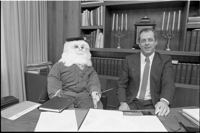 Scharendijke. Bethlehemplein. Gemeentehuis Middenschouwen. Burgemeester W. den Boer krijgt bezoek van 'Abraham', vanwege zijn 50e verjaardag.