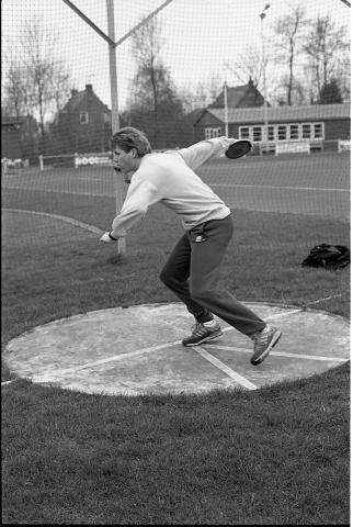 Zierikzee. Koning Gustaafweg. Sportpark Bannink. Atleet Robert van der Vegt is genomineerd voor de titel Sportman van het Jaar 1988 van de gemeente Zierikzee. Hij was in 1988 de beste discuswerper van Nederland bij de B-junioren en districtskampioen Zeeland en Zuid-Holland in de diciplines discuswerpen en kogelslingeren.