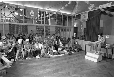 Bruinisse. Deestraat. Verenigingsgebouw. Scoutinggroep Prinses Margriet presenteert haar jaarlijkse feestavond, waarbij voor de ouders een beeld wordt gegeven van de scoutingactiviteiten.