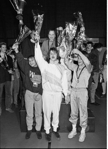 Zierikzee. Groene Weegje. Sportcentrum Onderdak. Sportgala verkiezing Sportman/Vrouw en -Ploeg van het Jaar 1988 van de gemeente Zierikzee. Op de foto het team A-selectie meisjes van gymnastiekvereniging Delta Sport, dat werd uitgeroepen tot sportploeg van het jaar.