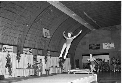 Zierikzee. Groene Weegje. Sportcentrum Onderdak. Optreden van de Goese gymnastiekvereniging Volharding tijdens het sportgala om de verkiezing van de Sportman/Vrouw en Sportploeg van het Jaar 1988 van de gemeente Zierikzee.