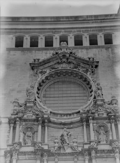 Vitrall i 3 estatuas de la Catedral