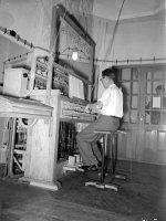 In de Toren van de St. StevensKerk, de beiaardier Arie Peters speelt op het beiaard, augustus 1954