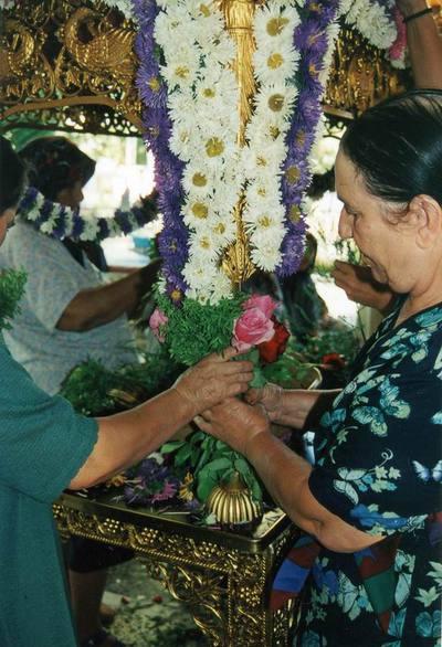 Γυναίκες στολίζουν τον επιτάφιο της Αγίας Άννας, που σε τελετουργική πομπή θα λιτανεύσει κάνοντας το γύρω του χωριού.