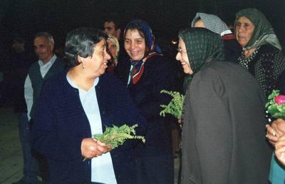 Μετά την περιφορά του επιταφίου με την εικόνα της Αγίας Άννας, γυναίκες αποσπούν άνθη και βασιλικά, τα οποία φυλούν «για το καλό» στο εικονοστάσι του σπιτιού.