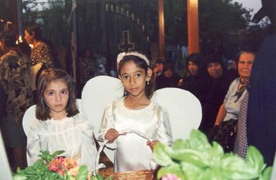 Κοριτσάκια που ντυμένα άγγελοι θα συνοδεύσουν την περιφορά του επιταφίου της Αγιάννας, παρακολουθούν την λειτουργία.