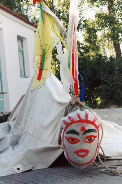 Η «Μπάμπω Τζαμάλα», στο προαύλιο της εκκλησίας του Αϊ Γιάννη, περιμένει τη στιγμή της τελετουργικής περιφοράς της στο χωριό.