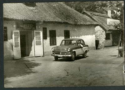 Autó az étterem előtt / A car in front of the restaurant