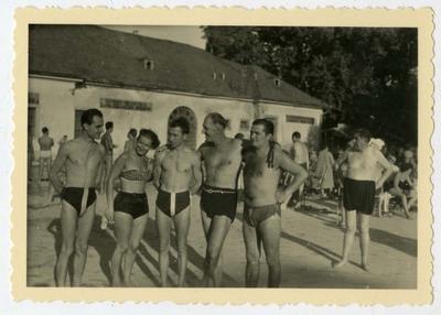 Fürdőruhás csoport a gyógyfürdő előtt / A group in swimsuits standing front of the spa