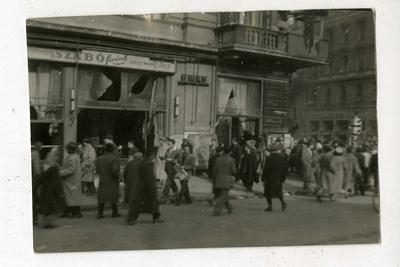 Tömeg az EMKE étterem előtt a Blaha Lujza téren / Crowd in front of the ruins of the EMKE restaurant at Blaha Lujza Square