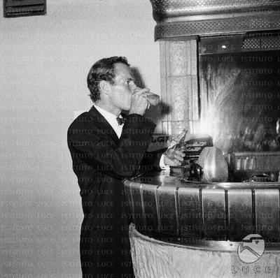 Charlton Heston mentre beve un drink al Bar nel locale