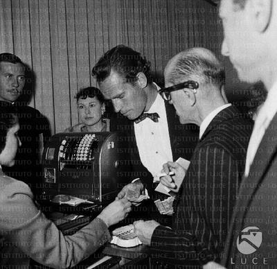 Charlton Heston mentre paga alla cassa