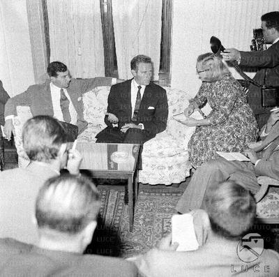 Charlton Heston incontra i giornalisti