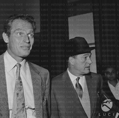 Anthony Mann e Charlton Heston arrivano a Ciampino - piano medio