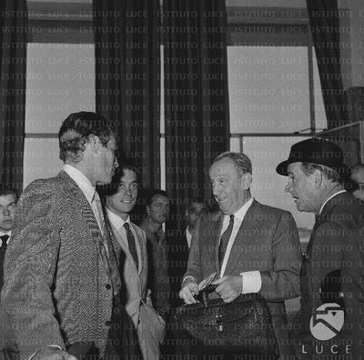 Anthony Mann e Charlton Heston a Ciampino con altre persone - piano americano