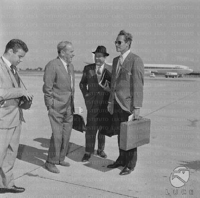 Anthony Mann e Charlton Heston sulla pista dell'aeroporto con altre persone - totale