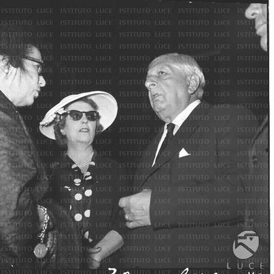 OMNIA - Il pittore Giorgio De Chirico conversa con delle